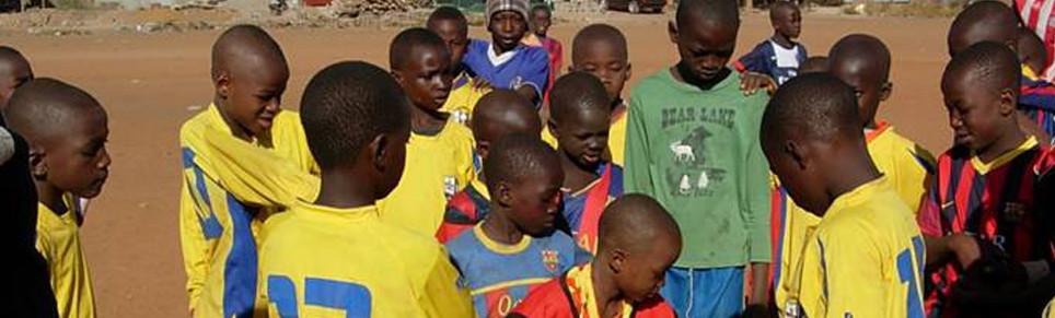 Joves de Mali juguen a futbol